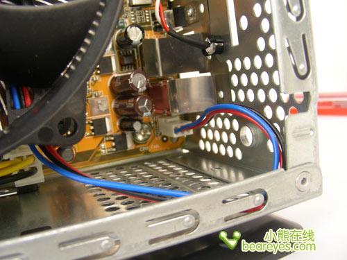 在装好CPU风扇,把CPU风扇接主板上的3pin电源接口时,才发现问题