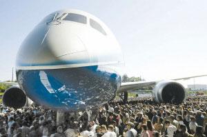 """科技时代_波音787""""梦想""""飞机亮相"""