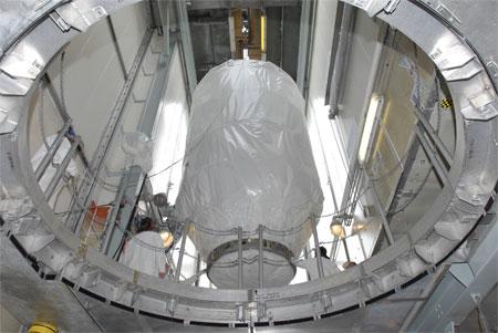 科技时代_图文:工作人员把探测器加装到火箭