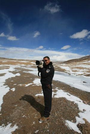 图文:索昂格来举着长焦镜头拍摄野生动物