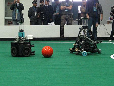 科技时代_图文:RoboCup足球机器人中型组比赛