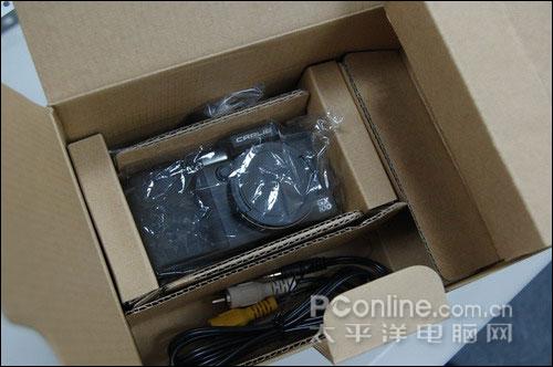 除了理光gx100,包装盒内还包括电池,镜头盖,镜盖连线,充电器,电源线