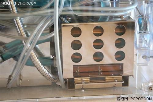 这套水冷将散热排和水箱放在机箱外,而水泵则放在机箱内部,这样
