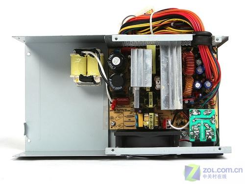 电源的内部结构紧凑,硕大的散热片挡住了电源的开关变压器部分.