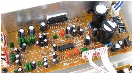 三诺标杆iFi-331 占据了外置盒大部分空间的,是主体的功放电路。IFI-331的电路设计相当明晰,下部为电源电路,中部则是前级/后级与音调接口电路,上部则是输入/输出接口。  两颗4700uF的电容 iFi-331的前级采用了TL084CN芯片,与常见的4558、NE5532等双运放不同,TL084CN是一块四高阻运算放大器(JEET),也就是说,靠一块芯片,就可以完成三声道的前级放大和电子分频处理。从电路上,可以看到,TL084的输出除了一路通向TDA8947J的以外,还另有一路通往前面板的耳机接口