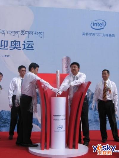 2008北京奥运祥云火炬闪亮布达拉宫广场高清图片