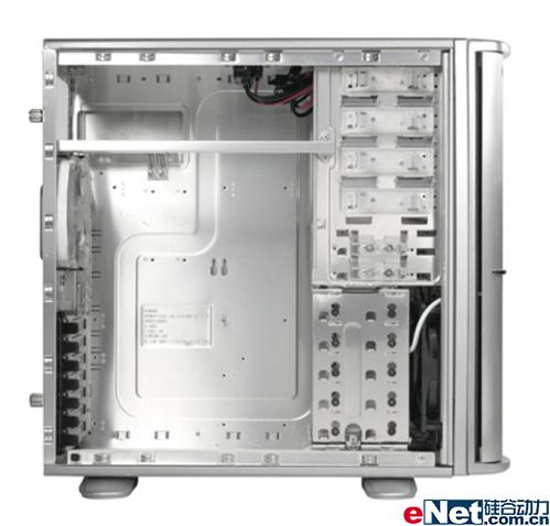 机箱的散热性能在系统散热中是起到决定性的作品,通过机箱的风道将箱体内部的热量迅速带走,才能更好的发挥各类散热器性能。Bach VX机箱前面板、侧板、后板都设计了大面积的通风孔道,机箱内部设置前后设置了14cm和12cm的静音风扇,两个风扇形成强劲的风道系统对机箱内部进行散热。而Soprano DX静音散热表现也同样很出色。   专业的机箱面板的冷空气进风口应该开在什么位置,开口应该是什么尺寸,背板出风口采用多大尺寸的风扇,都有相应的严格要求。根据选择配件规格的不同,用户在选择机箱时候一定要多询问和观察