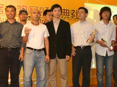 科技时代_图文:胡戈与机构获奖者合影