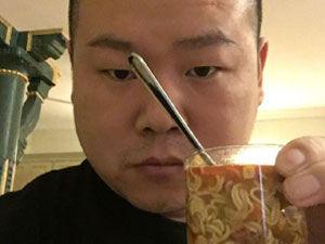 视频:心疼!岳云鹏减肥饿疯了 半夜玻璃杯泡面
