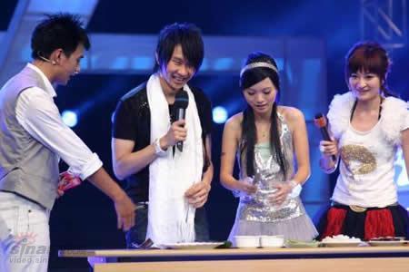 林俊杰携小师妹胡灵《真爱先声夺人》现场做寿司