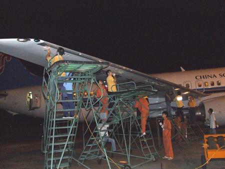 南航珠海公司完成b737ng飞机前缘缝翼滑轨检查(图)
