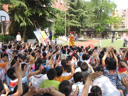 麦当劳叔叔携手北京中小学生共建道路交通安全