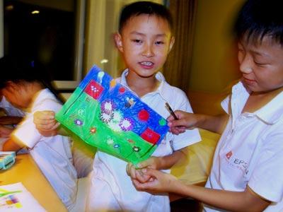 图文:红粉笔-爱在北京夏令营同学画奥运主题画
