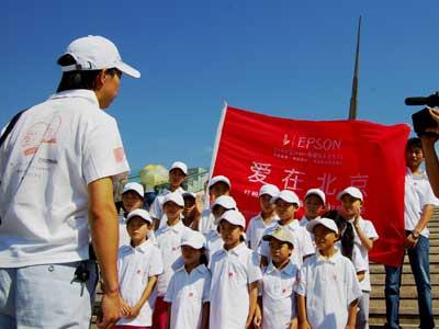 图文:开营仪式上爱心小学带队老师代表