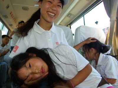 图文:老师照顾年幼的女孩