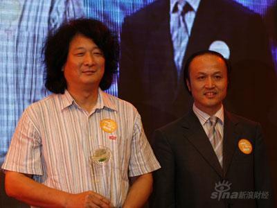 图文:北京青年报社总编辑张延平为徐伟颁奖