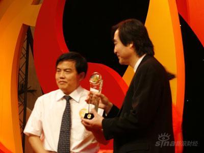 图文:北京传媒大学校长苏志武为孙健君颁奖