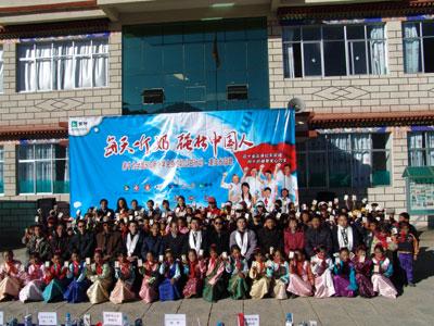 图:西藏城关区蔡公堂白定小学赠奶仪式