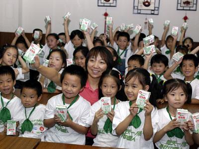 图:孙雯和上海的小学生在一起