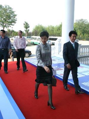 图文:主持人杨澜信步走进会馆