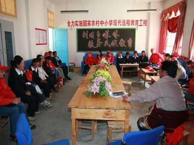 图文:志愿者与学校老师座谈
