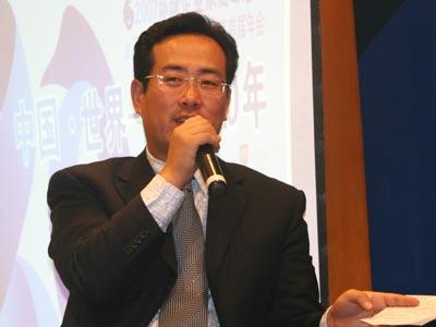 图文:曲向东主持金融全球化的中国经济论坛