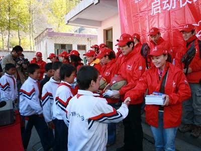 志愿者代表主办方向学生赠送图书和体育用品