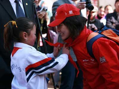 麦理惠环保希望小学学生向志愿者献红领巾
