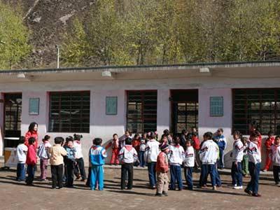 志愿者给孩子们上了一节系统正规的体育课