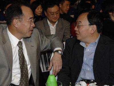 图文:长江商学院教授在现场交谈