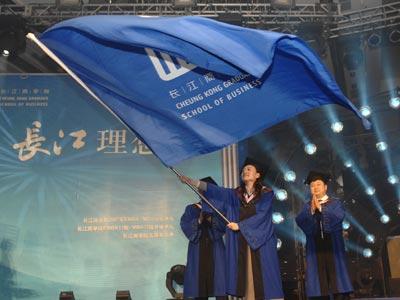 图文:向新学员授旗