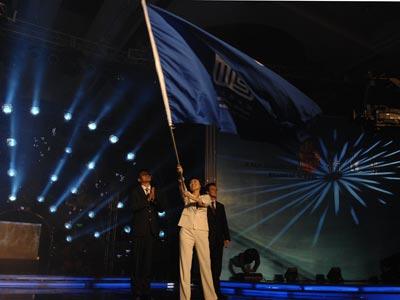 图文:新学员接旗