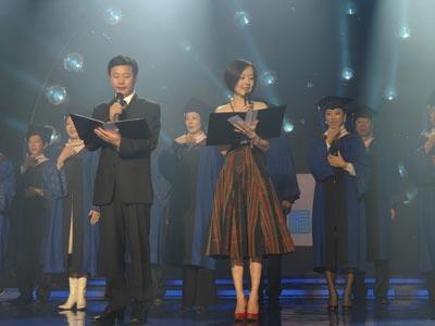 图文:学员在庆典舞台上