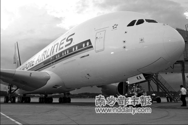 豪华机舱内的卧房。   本报讯 (记者 周筱荃)10月25日,共555座、空间可停放20辆双层巴士的世界上最大的客机A380,首次投入商业飞行。本次航行是由新加坡航空公司的SQ380航班从新加坡出发飞往