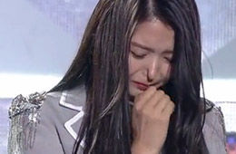 韩女星台上抽泣 当场鼻子塌陷进去