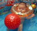 幼儿出生学游泳可提高智商