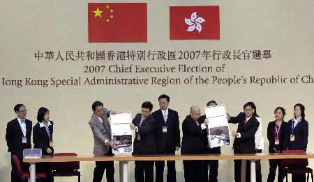 香港特区行政长官无悬念选举推动民主