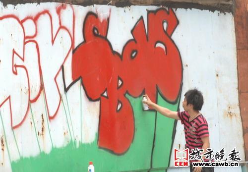 色彩丰富的涂鸦图案在tnt涂鸦团队成员挥毫泼墨中