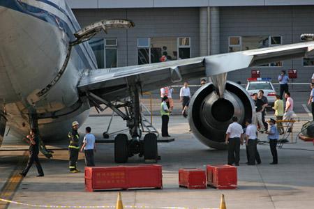 国航客机在首都机场发生意外2人受伤(组图)