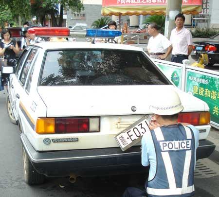 由于怀疑该车  前后车牌安装了可拆卸式车牌架,交警随即将该警车拦下