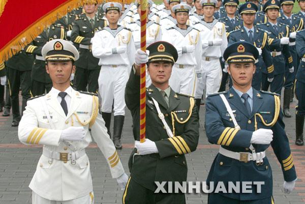 中国军队正式开始换发新式军服 计划分三年完成