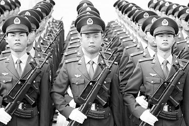 在07式军服中,男军官的冬常服也打开了领口.   陆军男士兵春秋常服图片