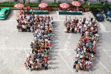 广西1977届毕业生列队纪念高考30周年(图)