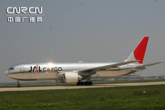 日本航空B767-300型全货机   中广网天津7月13日消息(记者石峤 王嘉军)7月11日13时零5分,一架涂装为亮丽银色机身、深红色尾翼的全新日本航空B767-300型全货机平稳降落在天津滨海国际机场,标志着日本航空正式加入天津东京全货运航线的运营。   日本航空全新B767-300型全货机最大业载45吨。该航班开通初期为每周2班,周三、周五执飞,飞行路线为东京名古屋天津东京。此外,全日空航空公司正在运营名古屋天津大阪全货运航线每周5班。日本航空的加入,使得天津飞往日本方向的全货运航班由原来每周5