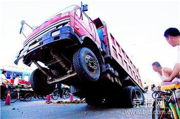 北京崇文区路面塌陷大货车后轮陷入坑中