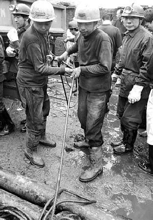 李毅中与河南陕县被困矿工通话为其打气