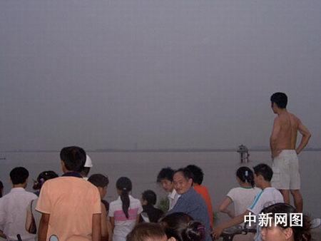 杭州30多人被钱塘江潮水卷走22人获救(组图)