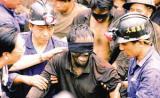 河南69名矿工获救 李毅中徐光春感谢武警救援