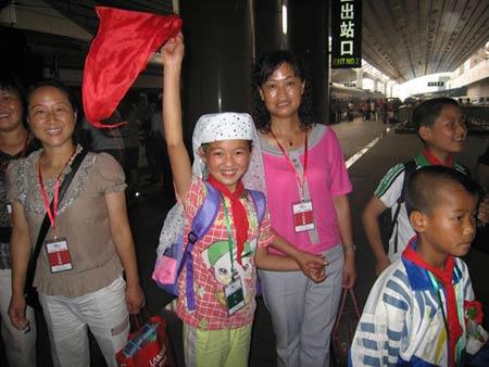 百名西部山村师生抵达北京(图)