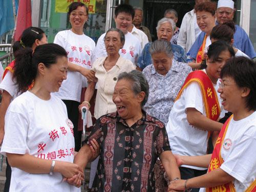 敬老院里宣传奥运 牛街邮局巾帼志愿者关爱老人